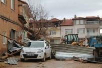 Şiddetli Lodos Evin Çatısını Yerine Sökerek Otomobilin Üzerine Uçurdu