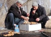EROL TAŞ - İhtiyar Balıkçılar Kar Üstünde Mangal Yapıp Güreş Tuttu