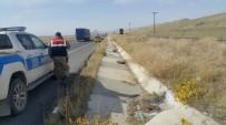 YOLCU TRENİ - Horasan'da Yolcu Treninin Çarptığı Traktör Sürücüsü Öldü