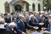 KOCAELİ VALİSİ - Bakan Müezzinoğlu, Vatandaşlara Aşure Dağıttı