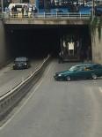 İŞ MAKİNESİ - Kamyon Kasasında Taşınan Kepçe Tünele Takıldı