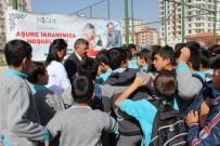 İLKÖĞRETİM OKULU - Aşure Dağıtımında Niğde Belediye Başkanı Faruk Akdoğan'a Yoğun İlgi