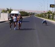 BAĞCıLAR BELEDIYESI - Engelli Atletler, Şanlıurfa 5'İnci Yarı Maratonu'na Damgasını Vurdu