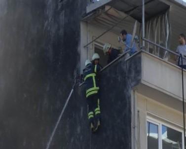 İtfaiye eri çatıdan alevlerin içine düştü