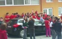 OKUL BİNASI - Ortaokul Öğrencileri, Okul Dışına Çıkarılmamasına Tepki Gösterdi