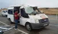 ZEKİ BULUT - Batman'da Servis Aracı Kaza Yaptı Açıklaması 13 Öğrenci Yaralı