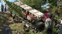 ADEM ÖZTÜRK - Kamyonla Traktör Çarpıştı Açıklaması 2 Yaralı