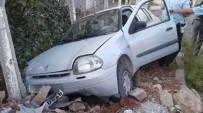 GÖLBAŞI - Otomobil Kaldırıma Çıktı Açıklaması 2 Yaralı