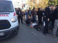 YENI CAMI - Ters Yöne Giren Otomobil Yayalara Çarptı Açıklaması 2 Yaralı