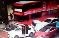 MECIDIYEKÖY - Şoförü Fenalaşan Otobüs Araçları Biçti