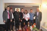 GÜREŞ - Milli Güreşçiden Belediyeye Ziyaret