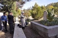 SARE DAVUTOĞLU - Ahmet Davutoğlu, Kayınvalidesinin Kabrini Ziyaret Etti
