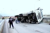 Virajı Alamayan Talaş Yüklü TIR Yan Yattı Açıklaması 1 Yaralı