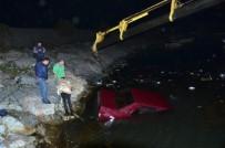 GÜVENLİK ÖNLEMİ - Çalıştırmak İçin İttikleri Otomobil Denize Uçtu