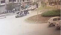 MOTOSİKLET SÜRÜCÜSÜ - İki Motosiklet Aynı Anda Otomobile Çarptı Açıklaması 2 Yaralı