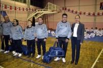 BEDENSEL ENGELLILER - Kaymakam Ve Belediye Başkanı Oturarak Voleybol Oynadı