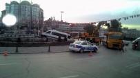 MİNİBÜS ŞOFÖRÜ - Minibüs Süs Havuzunun Duvarına Çıktı