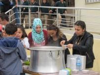 MUHARREM AYI - Şehitler Ortaokulu'nda Öğretmenler Öğrencilere Aşure Dağıttı