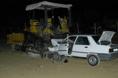 Otomobil, asfaltlama makinesine saplandı: 2 ölü