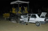 GÖRGÜ TANIĞI - Otomobil, asfaltlama makinesine saplandı: 2 ölü