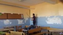 OKUL BİNASI - Fedakar Öğretmenler Okullarını Boyadı