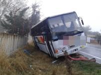KOZYÖRÜK - Yoldan Çıkan Belediye Otobüsü Duvara Çarptı