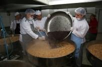 ÜMRANİYE BELEDİYESİ - Dev Kazanlarda Pişirilen Aşure 10 Bin Kişiye İkram Edildi