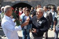 ANMA ETKİNLİĞİ - Diyarbakır'da 6-7 Ekim Olaylarında Öldürülen Yasin Börü Ve Arkadaşları Anısına Karanfil Dağıtıldı