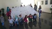 YUNUS EMRE KÜLTÜR MERKEZİ - Miniklerden 'Çocuk Bedenime Dokunma' Pankartı