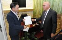 DEKORASYON - Ruhsatlarını Başkan Eşkinat Teslim Etti