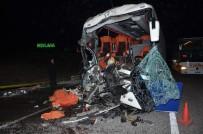 EMEKLİ HAKİM - Yolcu Otobüsü TIR'la Çarpıştı Açıklaması 1 Ölü, 29 Yaralı