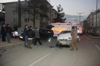 CEVHER DUDAYEV - Samsun'da 2 Otomobil Çarpıştı Açıklaması 5 Yaralı