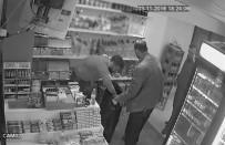 HAVUTLU - Oyalayarak Sigara Hırsızlığı Kamerada