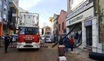 YAVRU KEDİ - Reklam Panosuna Sıkışan Kedi 2 Gündür Kurtarılmayı Bekliyor