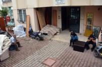 İCRA MEMURU - Kirayı Ödeyemeyip Evden Atılan 6 Çocuk Babasının Sokakta Eşya Nöbeti