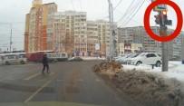 KIRMIZI IŞIK - Köpekten İnsanlara Trafik Dersi