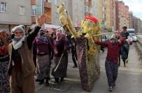 GRUP GENÇ - Sokakta Kadın Kıyafeti Giymiş Erkeklerin Oyunu Polisin Dikkatini Çekti
