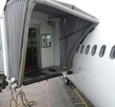 TAHRAN - Esenboğa'da Yolcu Uçağı Körüğe Çarptı