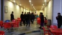BIBER GAZı - Hastane Kantininde İki Aile Birbirine Girdi Açıklaması 1'İ Polis 8 Yaralı!