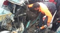 Otomobil İle Kamyon Çarpıştı Açıklaması 1 Ölü, 4 Yaralı