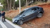 SARıLAR - Otomobil Kaldırımdaki Yayaya Çarptı