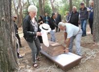 ALMANLAR - Türkiye Aşığı Alman, Şapkasıyla Defnedildi