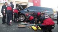 YAVRU KEDİ - Otomobilin Motoruna Sıkışan Yavru Kedi Vatandaşları Seferber Etti
