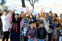 ROMAN VATANDAŞLAR - Çocuklarını Ve Evlilik Cüzdanlarını Alıp Sokağa Döküldüler