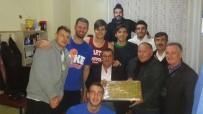 ERTUĞRUL GAZI - Muhtarlardan Basketbol Takımı Oyuncularına Baklavalı Destek