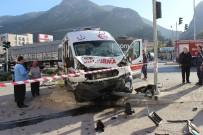 GÖRGÜ TANIĞI - Ambulans İle Ticari Araç Çarpıştı Açıklaması 7 Yaralı