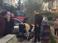 YAŞLI KADIN - Yaşlı Kadın Otomobille Duvarın Arasına Sıkıştı