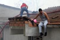 PAŞALı - Beyoğlu'nda Yangın Mahalleliyi Sokağa Döktü
