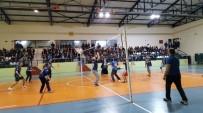 Borçka'da Öğretmenler Voleybol Turnuvasında Karşı Karşıya Geldi