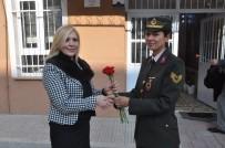 JANDARMA ASTSUBAY - Jandarma Öğretmenlere Çiçek Verip Öğretmenler Gününü Kutladı